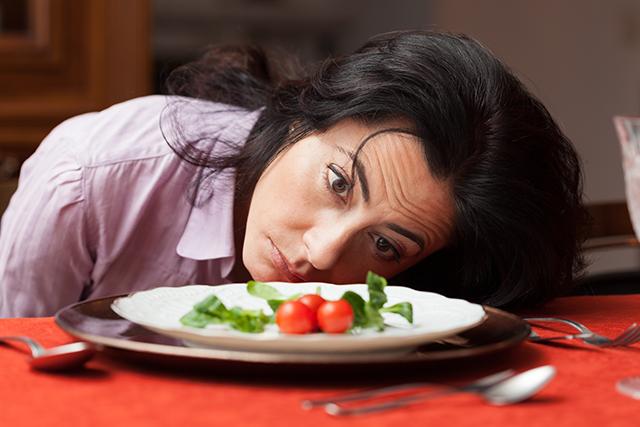 onlywayisup-woman-plate-salad-640x427